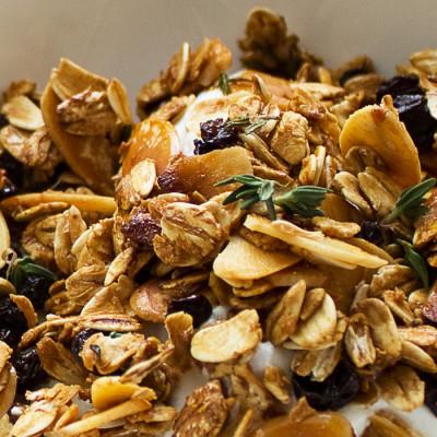 Granola au miel et au thym