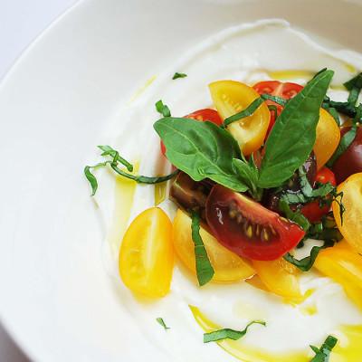 Savoureuses tomates et basilic dans un bol